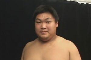 【ゲイ動画】筋肉質な120キロの巨漢の21歳のノンケが膨張率高めの仮性包茎チンポを口マンコで舐られてイカされてしまう!