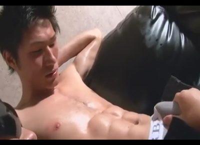 【ゲイ動画】ボコボコに盛り上がるシックスパックの腹筋と巨根が自慢の筋肉青年のチンポでケツを突かれてゴーグルマンはモロ感!