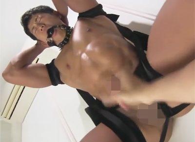 【ゲイ動画】ソフトSMプレイで拘束したマッチョを責める!無防備なケツ穴とチンポを責められヨダレを垂らし腹筋をボコボコにさせてイク!