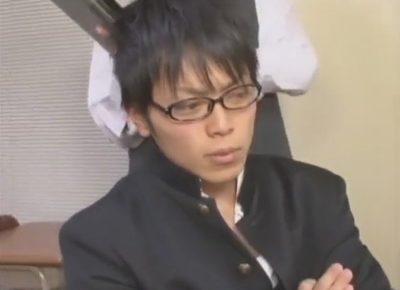 【ゲイ動画】先生がイケメン生徒を脅迫!教室のイスに腕をくくりつけて拘束しアナル責め手コキで精液を搾り取る!