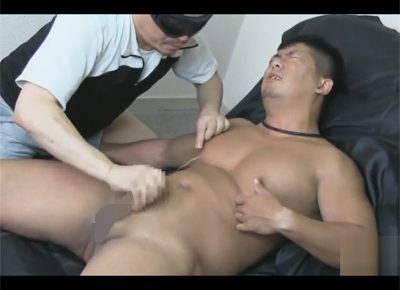 【ゲイ動画】乳首もチンポもモロに感じる30歳のガチムチ登場!ケツもチンポも舐め回されて自分で乳首を弄りながら射精する!
