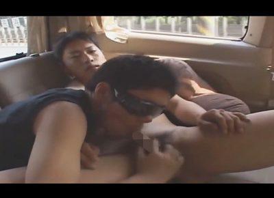 【ゲイ動画】立ちションや野外オナニーで興奮させてから車に連れ込んでゴーグルマンとのカーセックスでモロ感しちゃう素人クン!