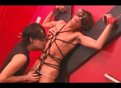 【ゲイ動画】亀甲縛りでX字磔台に拘束された美少年を交えた3Pセックス!どエロにペニスをしゃぶり合ってタチのチンポでハードピストン!