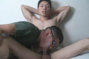 【ゲイ動画】腹筋がヤバい筋肉ノンケがアナルへの指入れで痛がり指よりも太いチンポでも苦しそうな表情を浮かべ肛門破壊寸前!