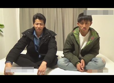 【ゲイ動画】友達同士でホモビに出演!女大好きなノンケが同性による手コキやフェラチオに恥ずかしがりつつもイッてしまう…!
