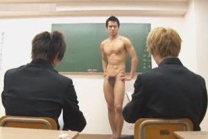 【ゲイ動画】悪ガキ生徒に頼まれ絵のモデルになった熱血イケメン体育教師が媚薬を盛られハメれてしまい教室で脅迫レイプされる!