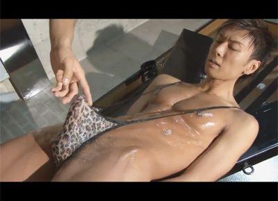 【ゲイ動画】腕を拘束されたイケメンマッチョが竿と玉だけ隠すエロ下着姿で真崎航に可愛がられケツをハメ倒される!