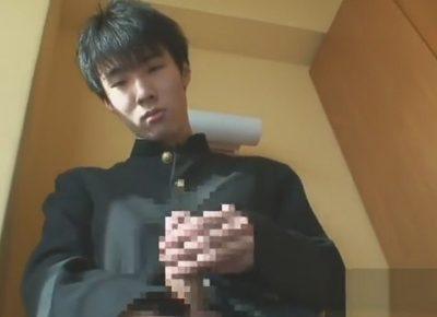 【ゲイ動画】童顔なショタ系青年に学ランを着せるとまるで中学生!イモ可愛いフツメンが竿を手コキされてイッてしまう!