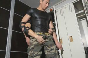 【ゲイ動画】迷彩ズボンの軍人兄貴が更衣室で同僚とハッテン!鍛えられたマッチョボディもチンポを挿れられると性感に襲われる…!