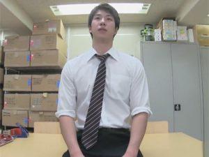 【ゲイ動画】長身な爽やかイケメンがYシャツにネクタイで撮影に参加!緊張しつつも男の責めに感じてしまい精液をバシャバシャと発射!