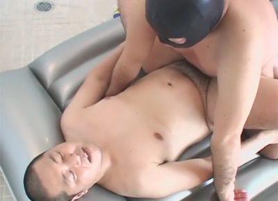 【ゲイ動画】ボテ腹ガチムチ兄貴がバスルームに敷かれたエアーマットでイチャイチャセックスを楽しむことに…!