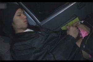 【ゲイ動画】車で待っている間にオナっていたガテン系イケメン!戻ってきた先輩にオナニーを見られて荷室でAFにハッテンする!