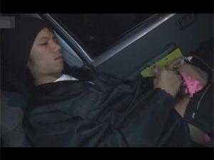 【ゲイ動画ビデオ】車で待っている間にオナっていたガテン系イケメン!戻ってきた先輩にオナニーを見られて荷室でAFにハッテンする!