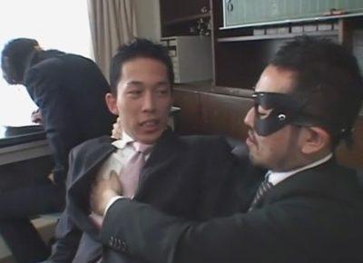 【無修正ゲイ動画】部長に呼び出された短髪リーマンがアダルトグッズで全身を弄ばれオシッコをいっぱい掛けられしまう…!