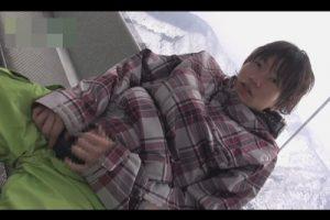 【ゲイ動画】ロケ地はスキー場!ゴンドラで寒さで縮こまったチンポをシコシコしスリリングなオナニーを楽しむジャニ系イケメン!