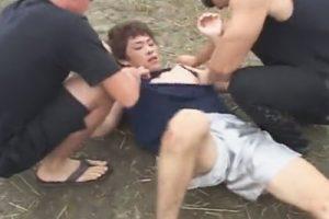 【ゲイ動画】野原で立ちションしていたノンケが強姦魔に襲われ服を破かれチンポと肛門をレイプされてしまう…!