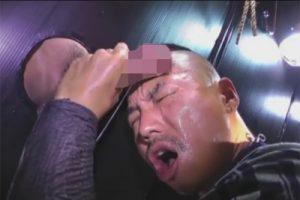 【ゲイ動画】壁から飛び出す無数のチンポ!いかつい兄貴が口マンと手をフル活用しザーメンを搾り出し顔にいっぱい精子を浴びる!
