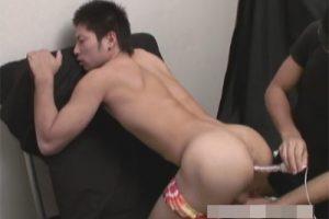 【ゲイ動画】体育会系の男が極太のバイブでゴーグルマンにひたすら犯されて絶頂を何度もさせられることになる!