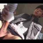 【ゲイ動画】ヘソまで届きそうなデカマラのジャニ系イケメンが車の後部座席でテンガをジュボジュボさせてオナりお腹に精子を出す!