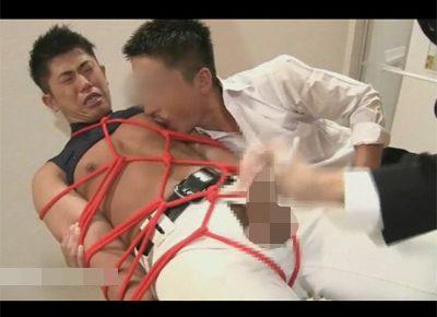 【ゲイ動画】野球部のガッチリM悪君が同級生に緊縛されてザーメンをぶっかけられ手コキ射精からの亀頭責めで潮も吹かされる!