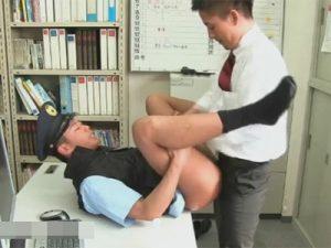 【ゲイ動画】警察官がイケメンリーマンに犯される!アナルを掘られて我慢汁がだだ漏れになり顔射で陵辱される公務員!