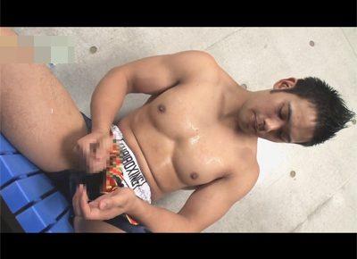 【ゲイ動画】ボクシングパンツの胸板がゴツいマッチョが乳首を弄りながらオナホールや手でマラをシゴイてオーガズム!