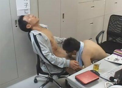 【ゲイ動画】体育教師の先輩と後輩が職員室で朝練…!先輩教師が後輩にケツを掘ってもらい後輩の顔に顔射をキメる!