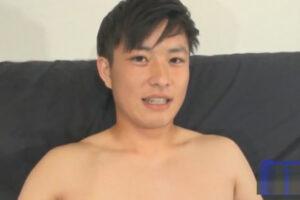 【ゲイ動画】20歳のノンケ素人イケメンがケツワレ姿で撮影に挑む!太マラや金玉を舐られ恥ずかしい体勢での手コキで搾られる精液!