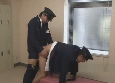 【ゲイ動画】少年院の看守が上司とロッカールームでハッテン!上司にエグいアナル舐めをされて立ちバックでアナルを掘られヨガる!