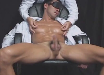 【ゲイ動画】筋肉バキバキの目隠しマッスルサラリーマンを弄ぶ!小ぶりなアナルバイブをケツに挿れられ手コキでオーガズム!