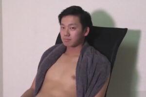【ゲイ動画】クールな顔立ちの18歳の素人が完全受け身でアナル舐めやフェラや手コキで責められカリ首集中シコシコでイッてしまう!