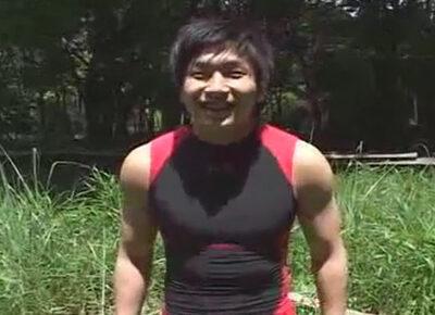 【ゲイ動画】自然に囲まれた中で初めての青姦!腕の筋肉がヤバい体育会イケメンが野生動物の交尾のように立ちバックでガン掘られ!