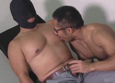 【ゲイ動画】Yシャツがピチピチのガチムチのスーツ野郎が小電マやフェラで虐められベロチュー手コキでイッてしまう!