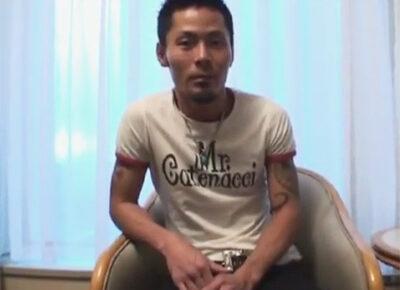 【ゲイ動画】渋い声のワイルド系な25歳の青年がオラオラ系のタチと3P!チンポもアナルも可愛がられて犯されてしまう!