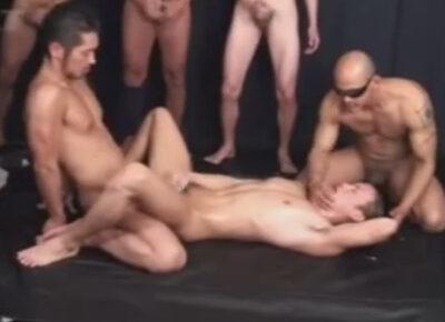 【ゲイ動画】雄臭い角刈り体育会が真崎航のマラでアナルを掘られながら汁男優たちの温かいザーメンをぶっかけられる!