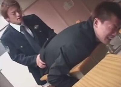 【ゲイ動画】深夜の学校にテストの答案用紙を盗みに来た学ラン男子校生が先生から通報を受けてやって来た警察官に教室でレイプされてしまう!