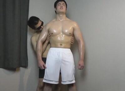 【ゲイ動画】真面目な雰囲気なのガチムチマッチョ野郎がゴーグルマンに全身を激しくいじられてアナルセックスで悶えることになる!