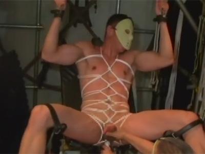 【ゲイ動画】亀甲縛りで緊縛された状態のマスクをかぶった男が複数の男に全身をいじられ続けるSMプレイ!