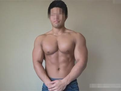 【ゲイ動画】バルクマッチョな20歳のノンケ大学生が人前で初めてのオナニーし精子量が多そうな超濃厚なザーメンを出す!