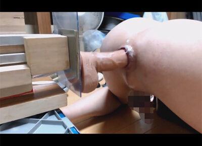 【無修正ゲイ動画】手作り感溢れるファッキングマシーンに色んなディルドを装着しガン掘り!延々と前立腺を責められトコロテンと潮吹きをしてしまう!