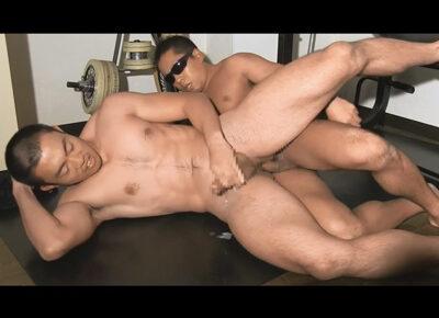 【ゲイ動画】5分刈り坊主のマッチョ筋肉体育会が恥ずかし過ぎるポーズでアナルを舌やディルドで虐められて尻穴をズコバコと掘られる!
