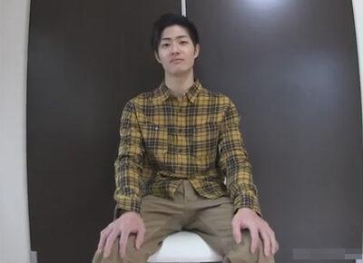 【ゲイ動画】細身の体のイケメンがオイルを全身に塗られながらゴーグルマンにチンコと尻穴をいじられることになる!