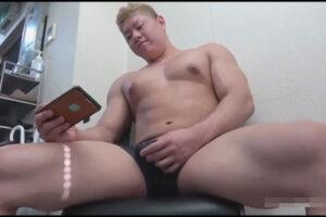 【ゲイ動画】20歳のノンケ大学生ボディービルダーがスマホでエロい映像を見つつカリ首を小刻みにシゴき濃厚精子を出す!