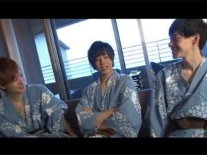 【ゲイ動画ビデオ】ジャニーズ系の3人の男が温泉を楽しんで浴衣を脱いで乱交を激しく楽しみあうことになる!