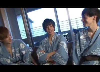 【ゲイ動画】ジャニーズ系の3人の男が温泉を楽しんで浴衣を脱いで乱交を激しく楽しみあうことになる!