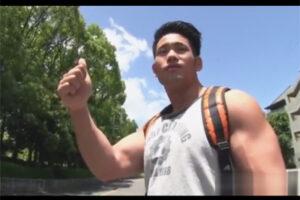 【ゲイ動画】ヒッチハイクで旅を満喫していたマッチョな男が車に乗せてくれたゴーグルマンとのプレイを楽しむ!