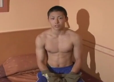 【ゲイ動画】体育会系なマッチョな男が手コキをされたり尻穴を玩具でえぐられることになってしまう!