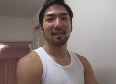 【ゲイ動画】ワイルド系なタンクトップ姿の男が自宅での撮影でアナルセックスで犯されて悶絶する!