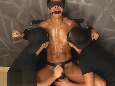 【ゲイ動画】オイルでイヤらしく褐色に輝くマッチョなM男を拘束して弄び渾身のザーメンを搾り取るゴーグルマン!