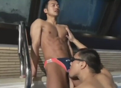 【ゲイ動画】筋肉体育会イケメンスイマーがプールで潜望鏡フェラをされプールサイドでゴーグルマンのチンポをケツにハメられるAF!